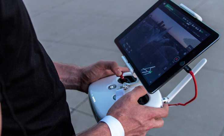Desktop Drone vs uomo (Unsplush)