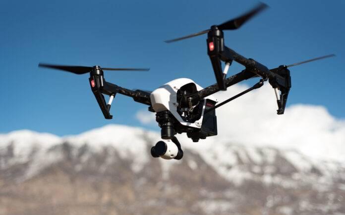 Drone vs uomo (Pixabay)