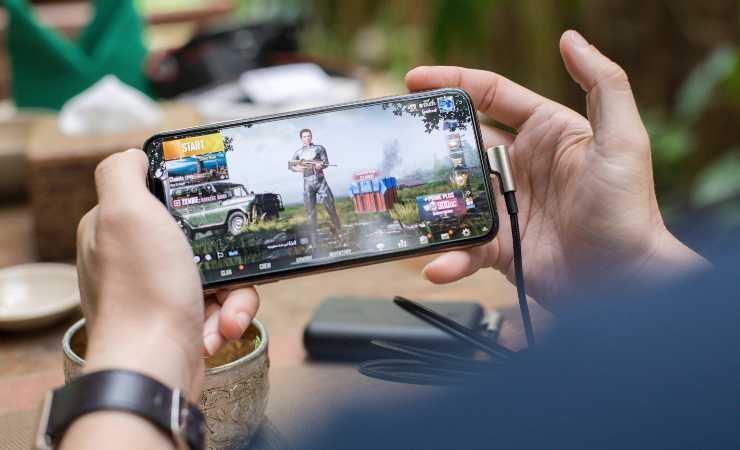 Smartphone Facebook Gaming (Unsplush)