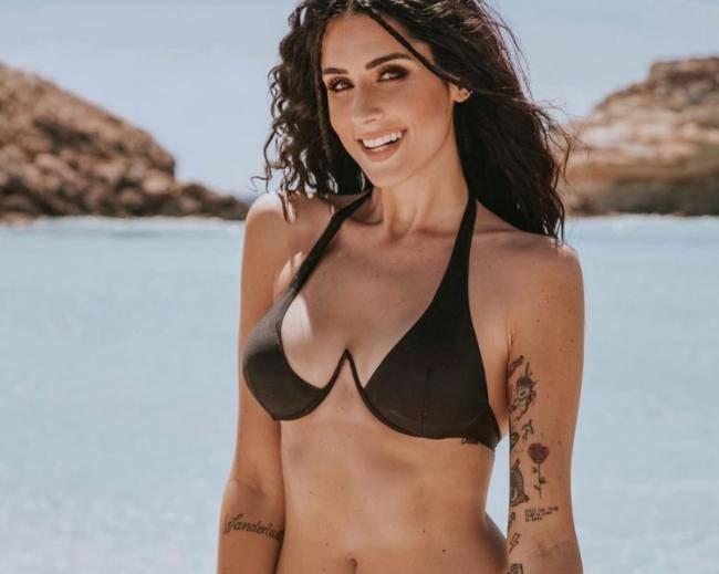 Valentina Vignali: il top contiene a fatica le sue forme-FOTO