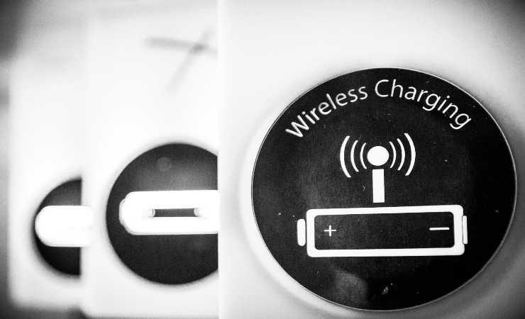 Wireless charging ricarica inversa (unsplash)