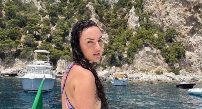 Arisa: il bikini contiene a fatica le sue forme bellissime-FOTO