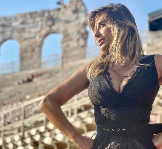 Sabrina Salerno: il vestito biricchino mostra troppo!-FOTO